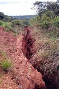 """Дождевые потоки промывают на склонах """"каньоны"""" глубиной в несколько метров."""
